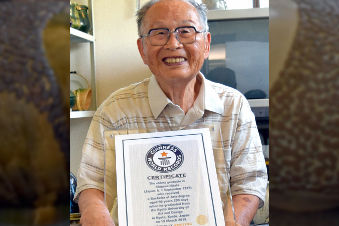 Shigemi Hirata posa com o certificado do Guinness (The Asahi Shimbun/Getty Images)